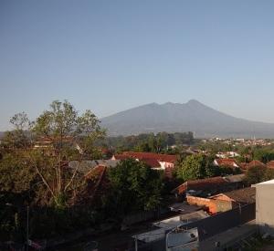 vue sur un volcan depuis notre hôtel de Bogor