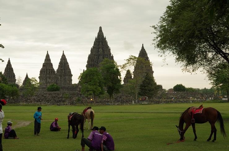 la nuit tombe sur Prambanan