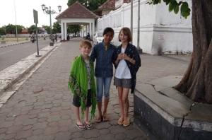 cette jeune fille s'est présentée à nous et voulait absolument une photo avec les enfants, du coup j'en ai profité