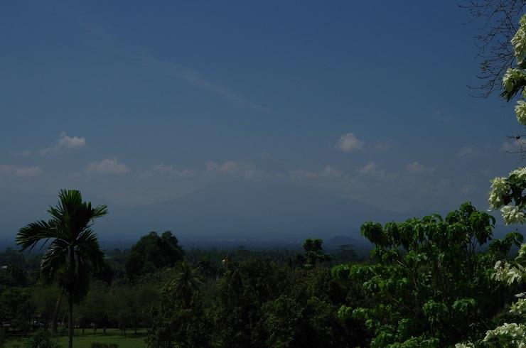 le Merapi se dessine au loin
